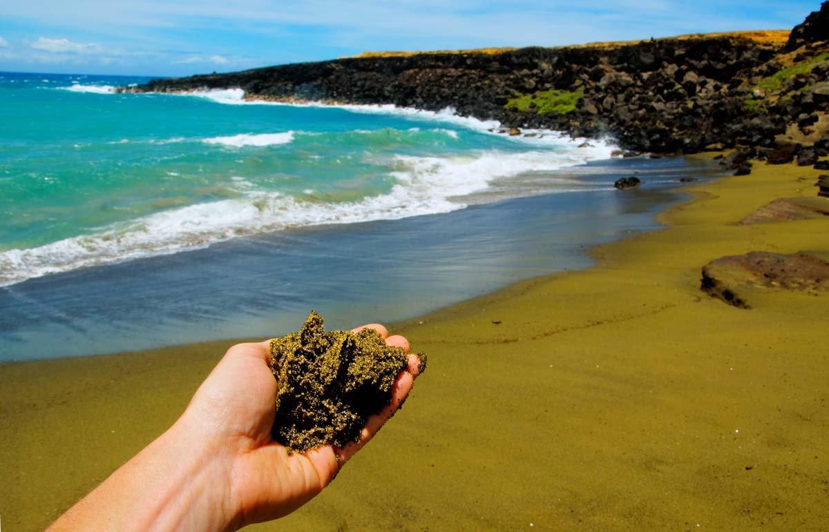 Зеленый песчаный пляж Папаколеа, Гавайи.