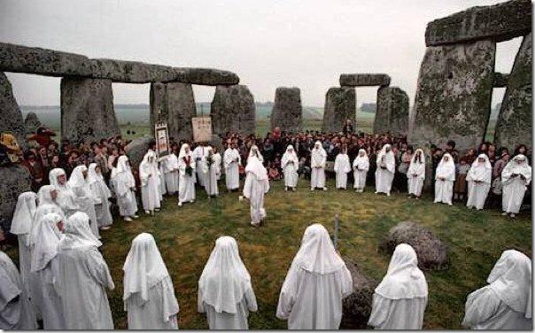 Последователи кельтов и друидов празднуют Новый год возле СтоунХеджа