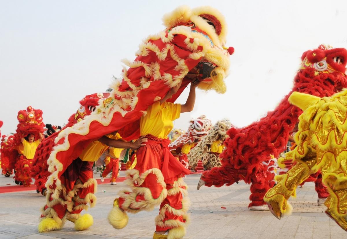 На карнавалах в Азии люди переодеваются в кросочных драконов
