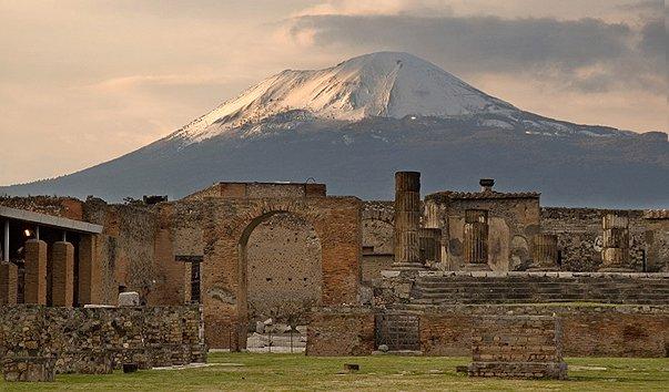 Развалины Помпеи на фоне Везувия