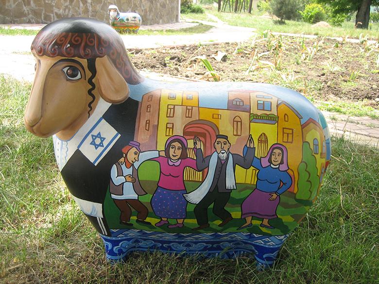 разрисованные овцы в Фрумушиках Нова