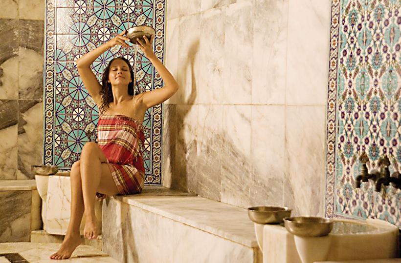 Девушка в хамаме. Пештемаль