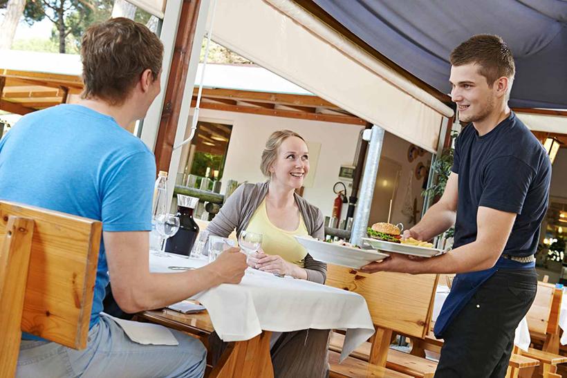 Обслуживание в ресторане Италии