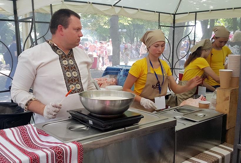 Еда на фестивале галушки в Полтаве