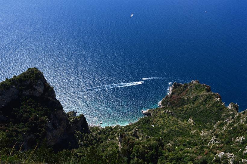 Вид с Монте Соларо на бухту, где находится Зеленый Грот