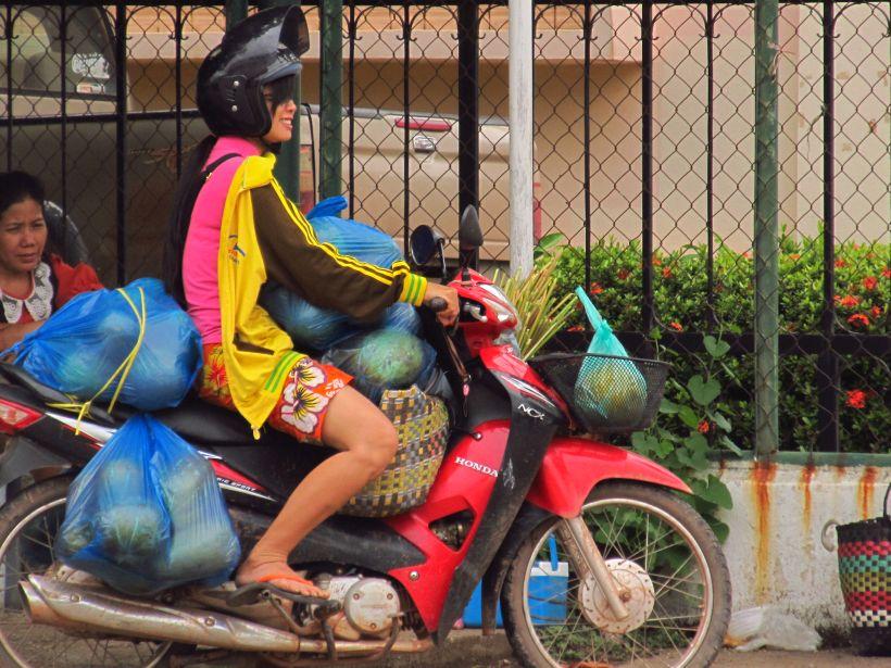 Лаоська дівчина їде додому з ринку