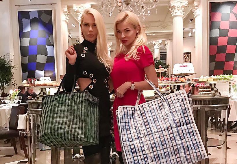 Девушки с сумками в ресторане