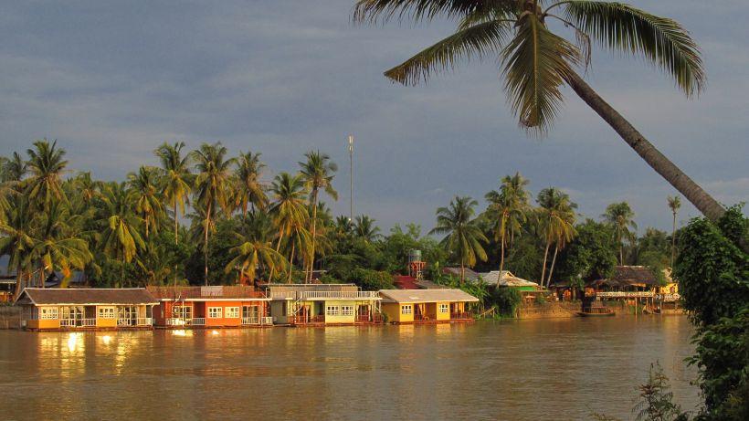 Лаос. Долина Меконгу. Бунгало для туристів