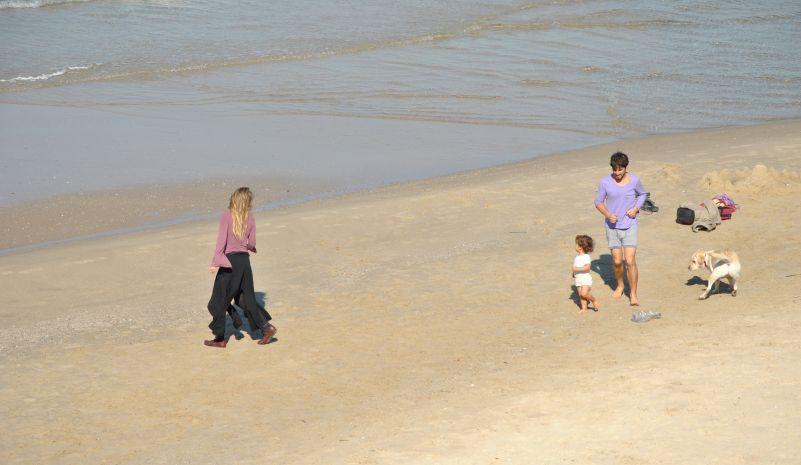 Семья гуляет по пляжу в Израиле