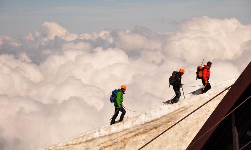 Альпинисты на горе Эгюйи-дю-Миди