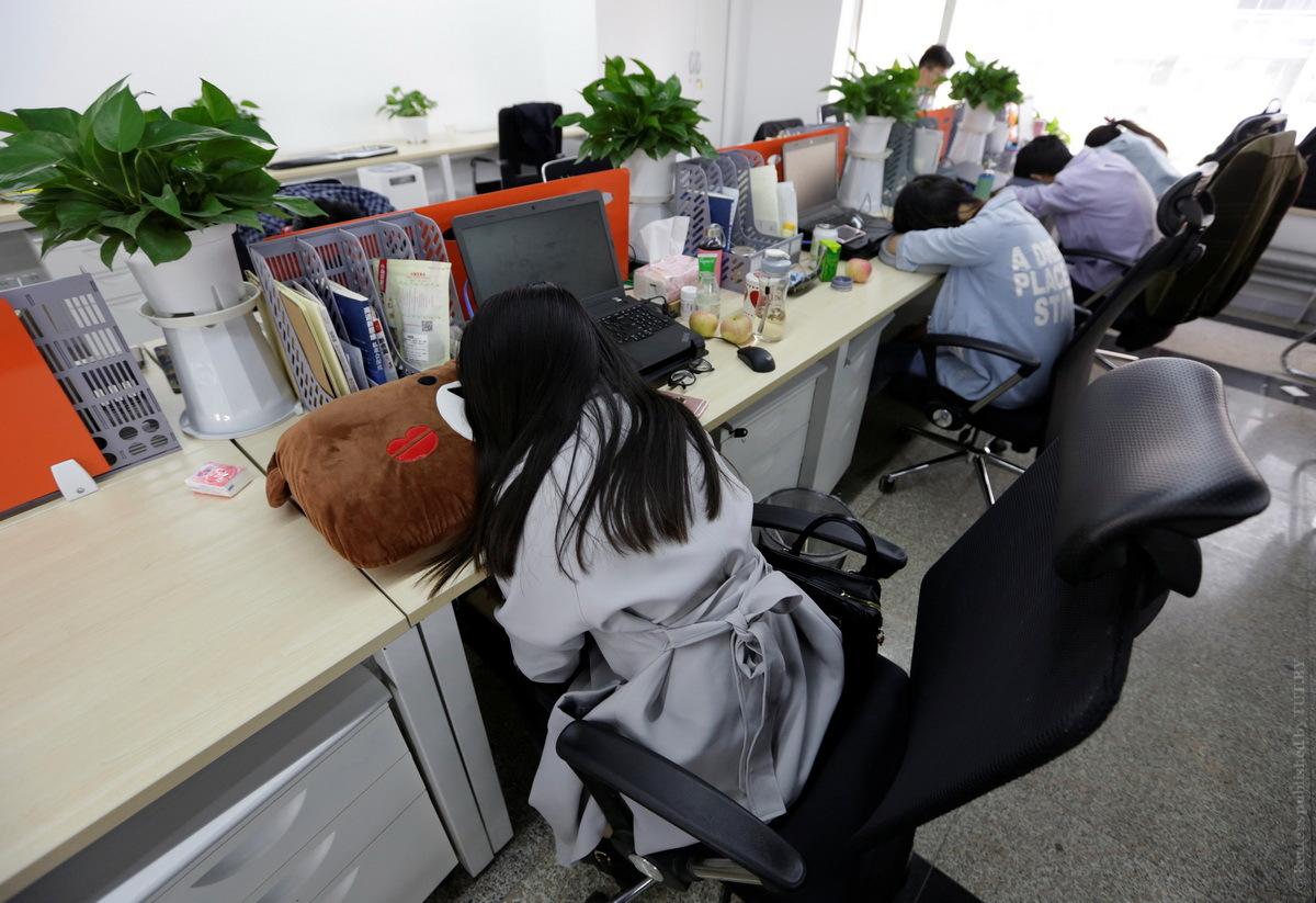 Китайцы спят на рабочем месте