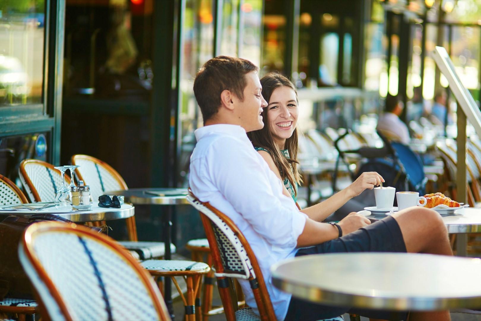 Пара в ресторане в Париже