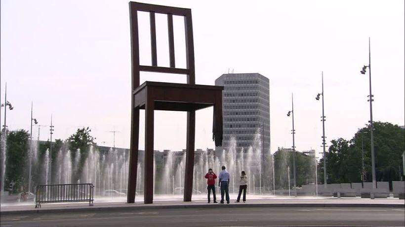 Женева скульптура Сломаный стул