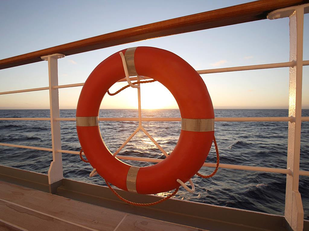 Спасательный круг на круизном лайнере