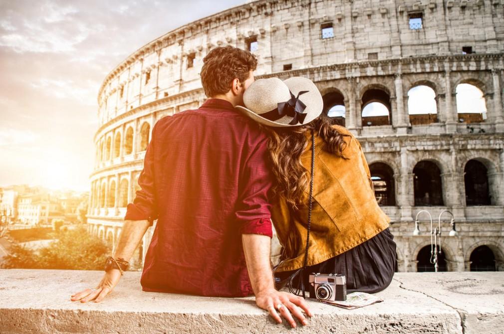 Пара смотрит на Колизей в Риме