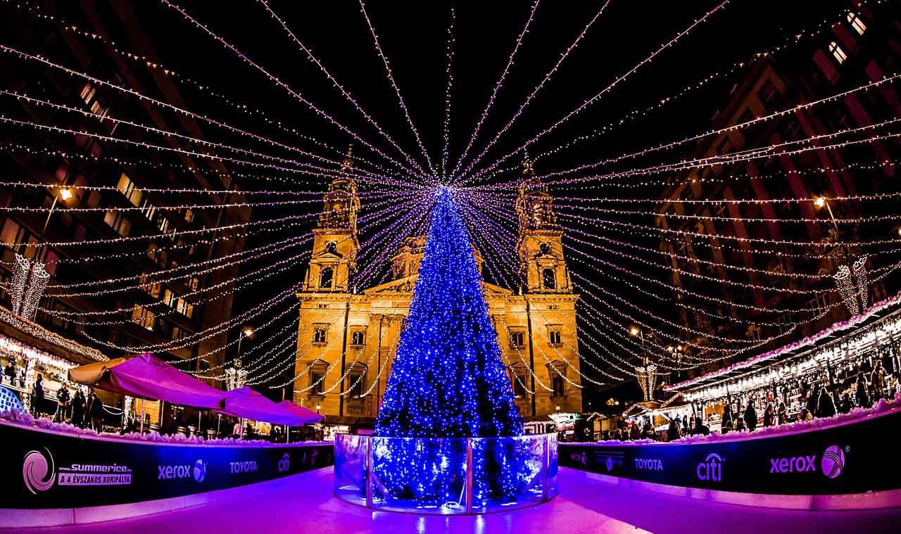 Новогодняя елка в Будапеште возле базилики святого Иштвана