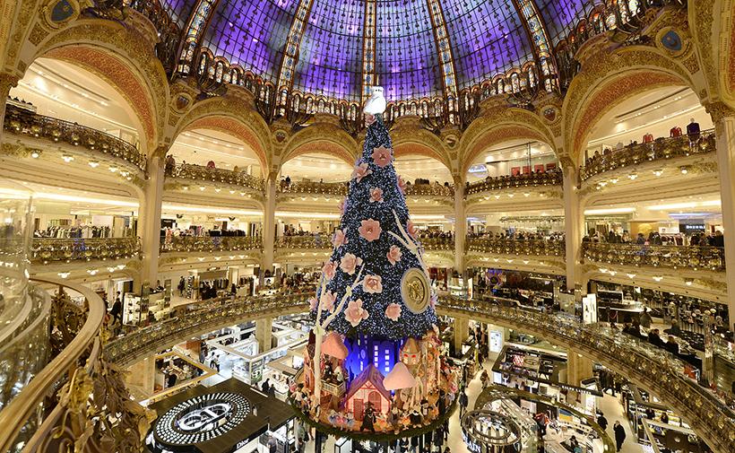 Новогодняя елка в магазине Galeries Lafayette в Париже
