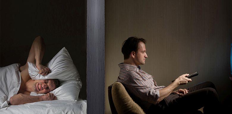 Сосед по отелю смотрит телевизор
