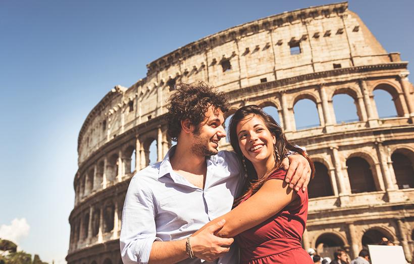 Пара туристов возле Колизея