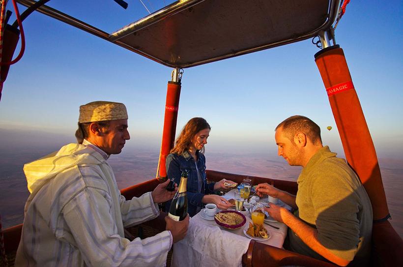 Ужин в корзине воздушного шара над Марракешем