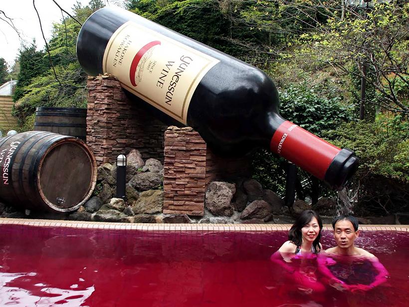 ванна с красным вином в Yunessun Spa Resort