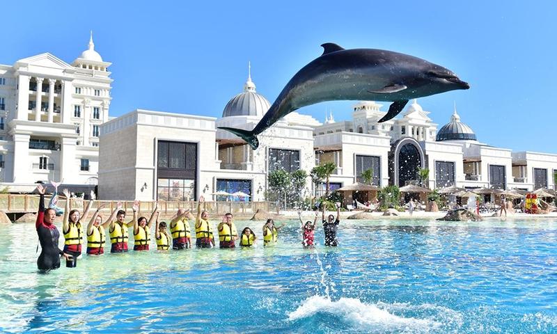 Шоу дельфинов в The Land Of Legends Kingdom Hotel