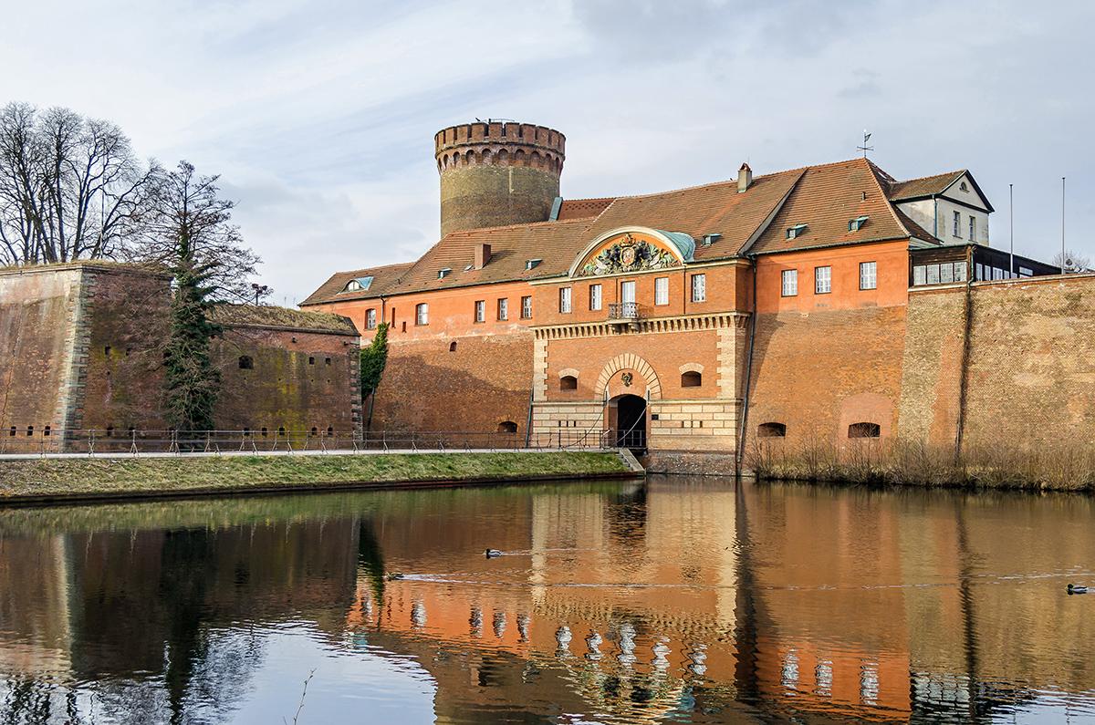 Цитадель Шпандау с башней Юлиуса, воротами и разводным мостом