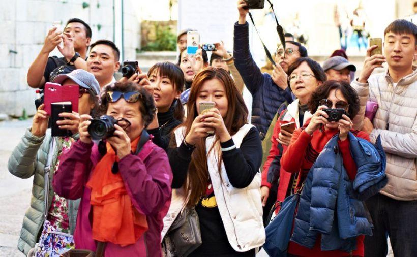 Китайские туристы фотографируют