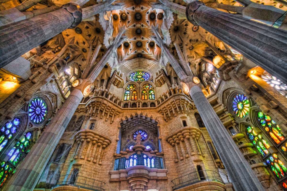 Храм Святого Семейства в Барселоне внутри