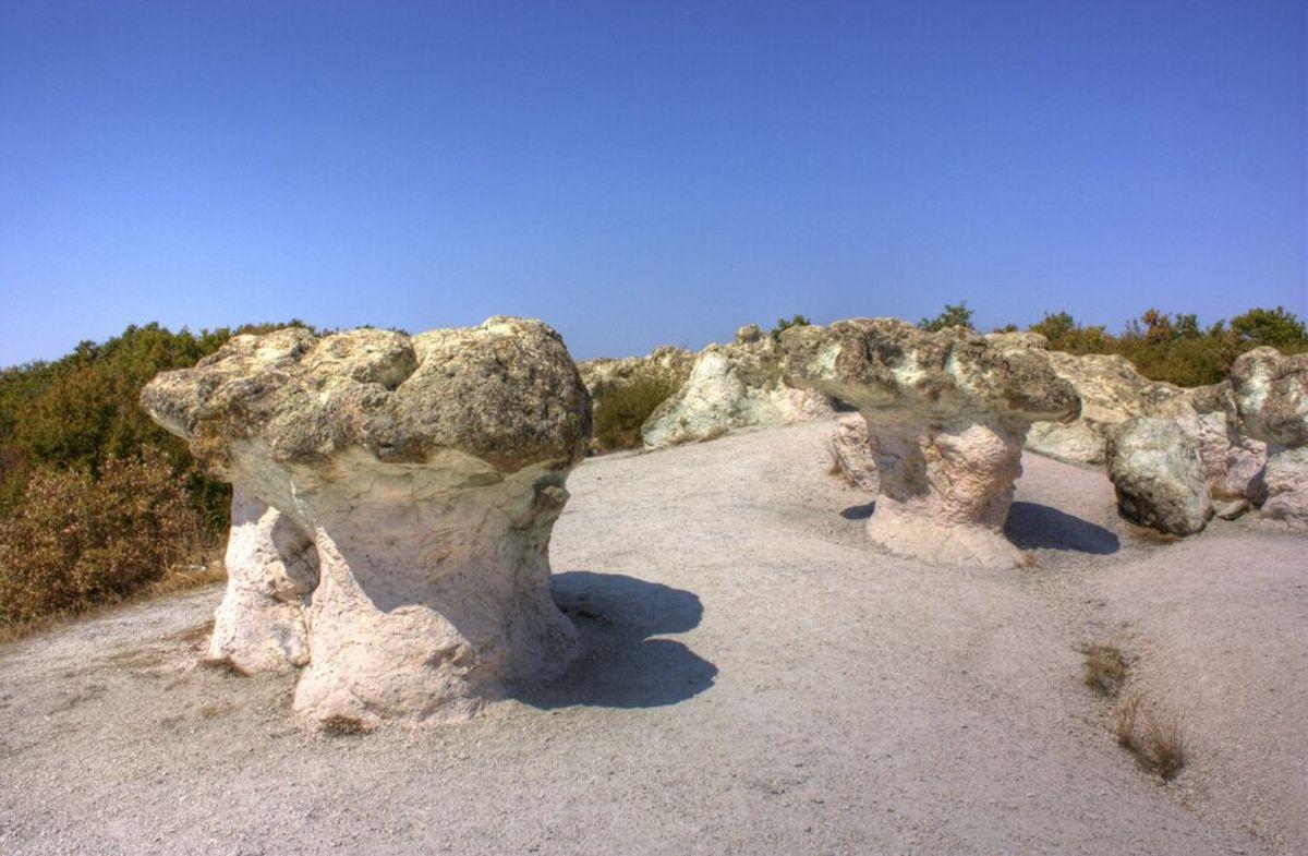 село Бели Пласт, каменные грибы