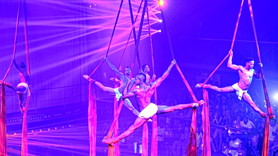 Выступление воздушных гимнастов в клубе Coco Bongo в Пунта-Кане