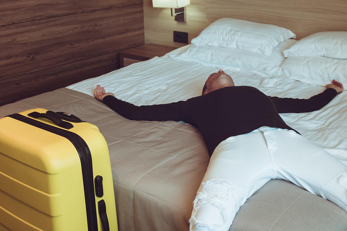 уставший турист в отеле