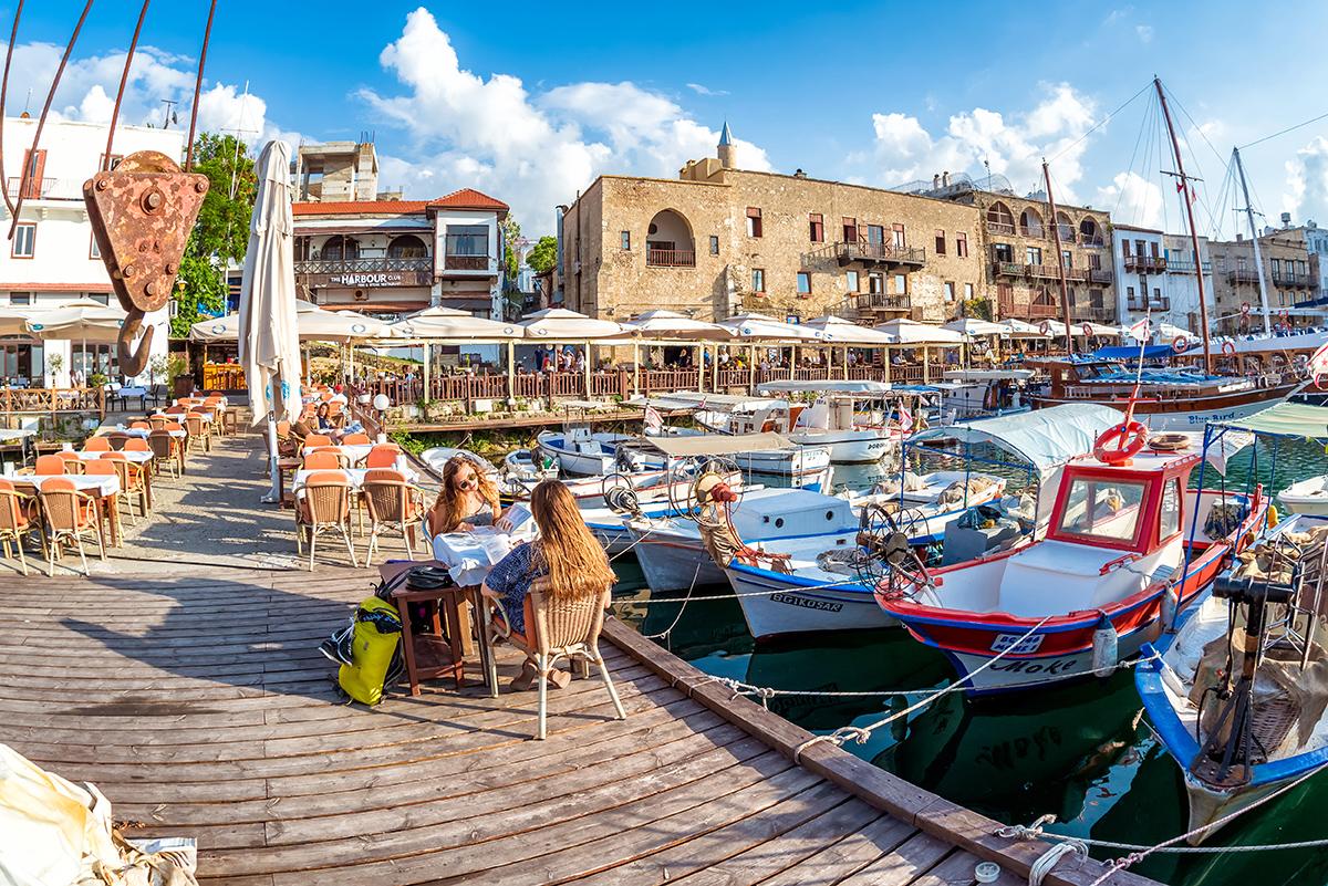 Кафе на пирсе Старого города Киринии.