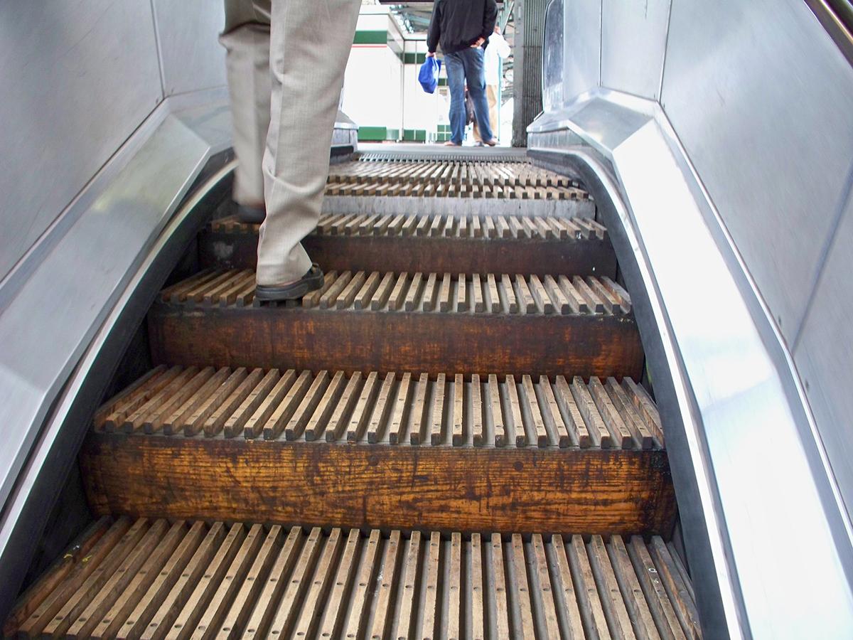 Деревянный эскалатор на станции метро Greenford